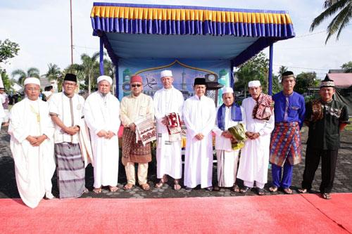 Wali Kota, Wakil Wali Kota, Sekda, Kepala Kemenag Tanjungpinang dan tokoh masyarakat foto bersama usai shalat Idul Fitri berjamaah.