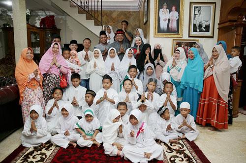 Keluarga besar Lis Darmasyah-Yuniarni Pustoko Weni foto bersama anak-anak panti asuhan dalam acara open hause.