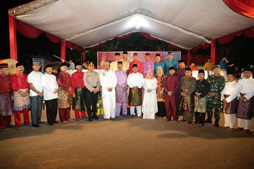 Gubernur Kepri Nurdin Basirun dan FKPD Kota Tanjungpinang serta jajaran OPD foto bersama usai pembukaan pawai takbir.