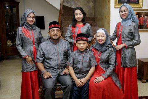 Keluarga Besar Wali Kota Tanjungpinang, Lis Darmansyah dan Yuniarni Pustoko Weni tampil elegan saat open hause di kediamannya.