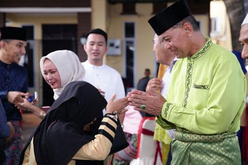 Wakil Wali Kota Tanjungpinang H. Syahrul yang terkenal ramah menerima tamu saat open hause di kediamannya.