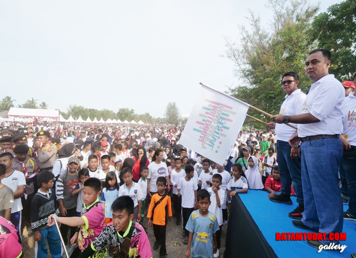 Bupati Bintan Apri Sujadi didampingi Kapolres Bintan AKBP Boy Herlambang di ajang Millenial Road Safety Festival di Bintan