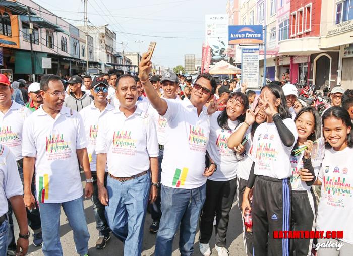 Bupati Bintan Foto bersama masyarakat disela-sela rangkaian acara Millenial Road Safety Festival di Bintan