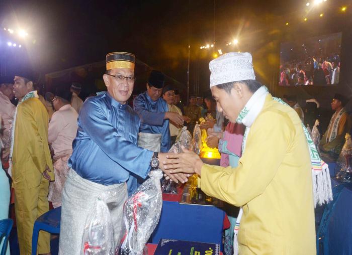Bupati Kabupaten Lingga, Alias Wello bersalaman dengan peserta yang mendapat Juara dengan memberikan ucapan selamat