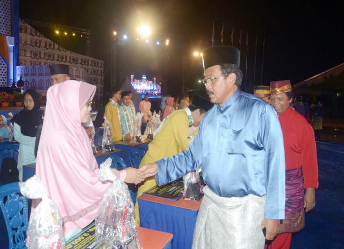 Gubernur Kepri, Nurin Basirun memberikan selamat kepada peserta yang meraih juara pada MTQ ke VII tingkat Provinsi