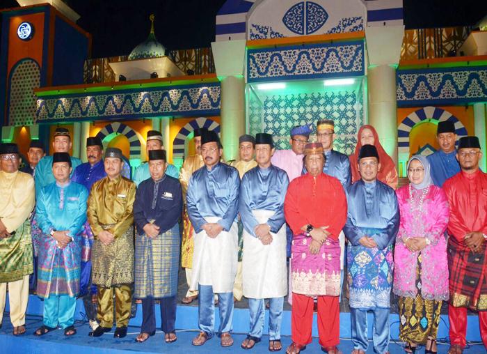 Foto bersama Gubernur dan Wakil Gubernur Kepri dengan Bupati dan Wakil Bupati seluruh Kabupaten/Kota se Kepri usai penutupan perhelatan MTQ ke tingkat Provinsi di Lingga