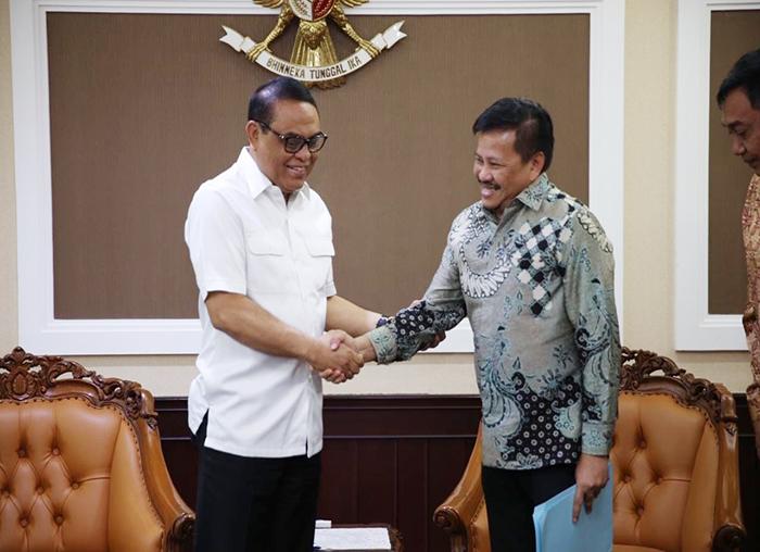 Menteri PAN-RB Komjen Syafruddin saat berjabat tangan dengan Kepala BP Batam Lukita Dinarsyah Tuwo