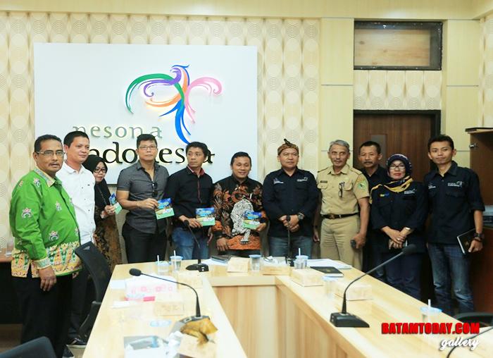 Sejumlah anggota DPRD Anambas foto bersama pegawai Dinas Pariwisata Bandung