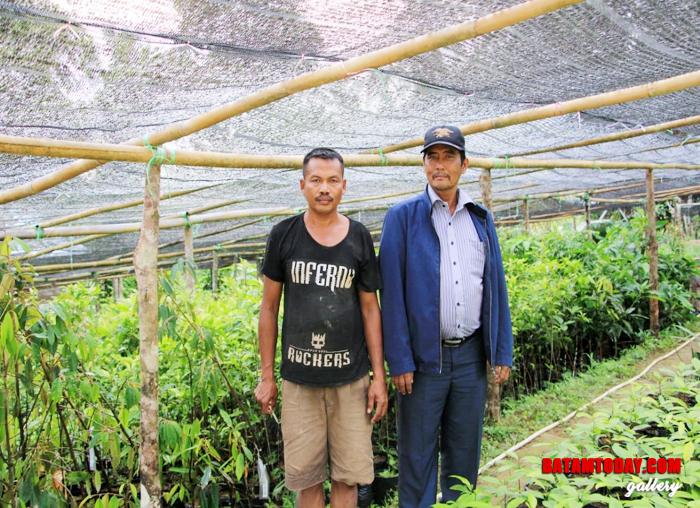 Muhammad Da`i saat foto bersama petani pembibitan buah Pala