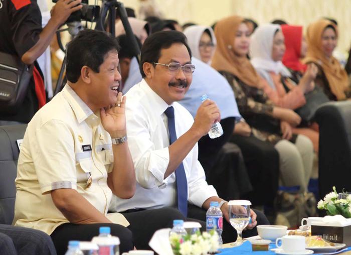 Gubernur dan Wagub Kepri sembari bercengkrama