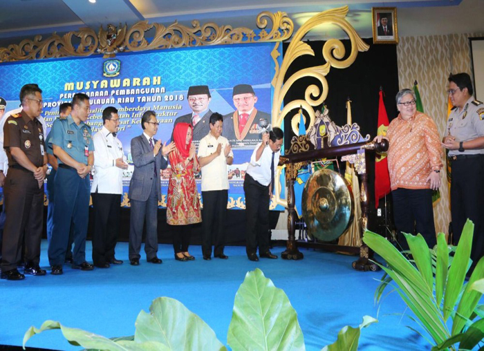 Gubernur Kepri Nurdin Basirun memukul gong sebagai tanda dimulainya Musrenbang tingkat Provinsi Kepri 2018