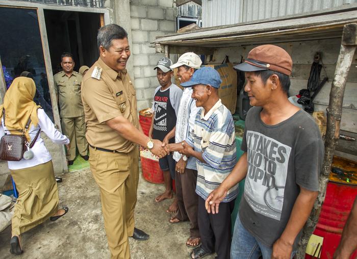 Bupati Kepulauan Anambas, Abdul Haris saat bersalaman dengan masyarakat di Desa Bayat Kecamatan Palmatak