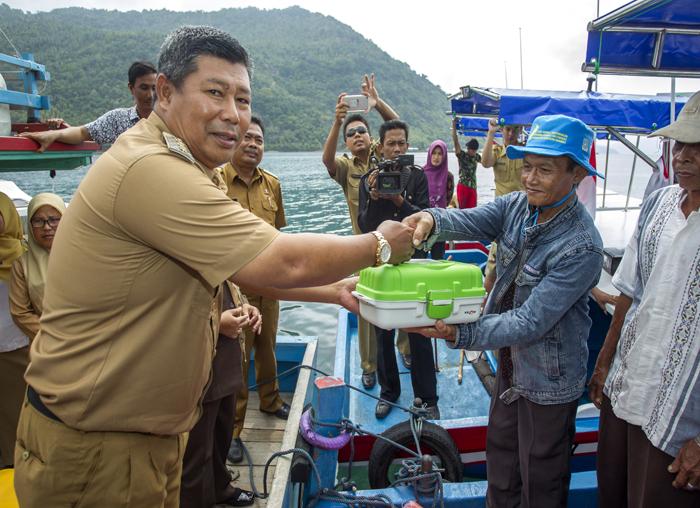 Pemberian bantuan alat tangkap pancing dari Bupati Kabupaten Kepulauan Anambas kepada perwakilan masyarakat nelayan