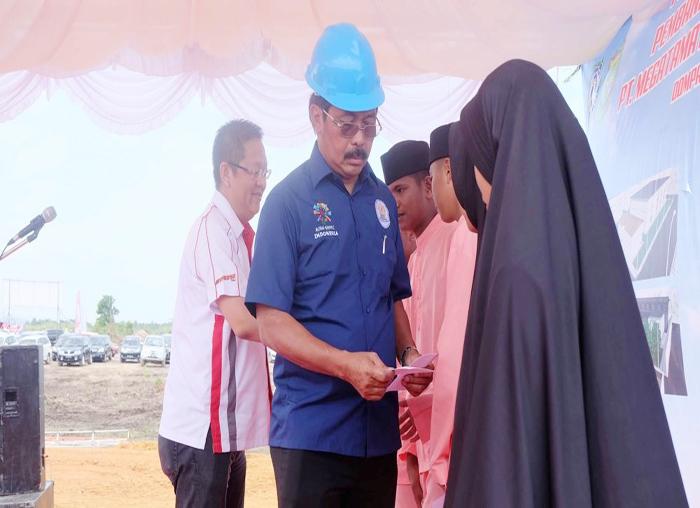 Gubernur Kepri dan Direksi Megatama Batu Karang Indonesia (MBKI) memberikan santunan kepada anak yatim piatu