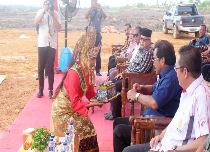 Gubernur Kepri Nurdin Basirun menerima sekapur sirih