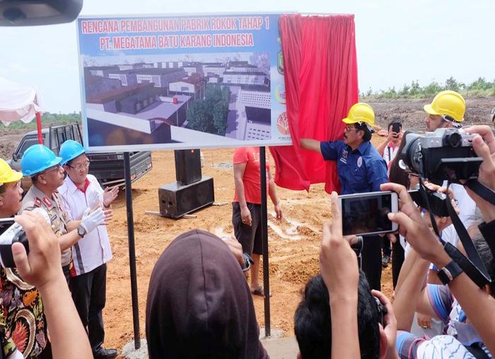 Gubernur Kepulauan Riau secara resmi membuka plank nama PT Megatama Batu Karang Indonesia (MBKI) untuk memulai pembangunan Pabrik Rokok di kawasan FTZ Dompak Tanjungpinang
