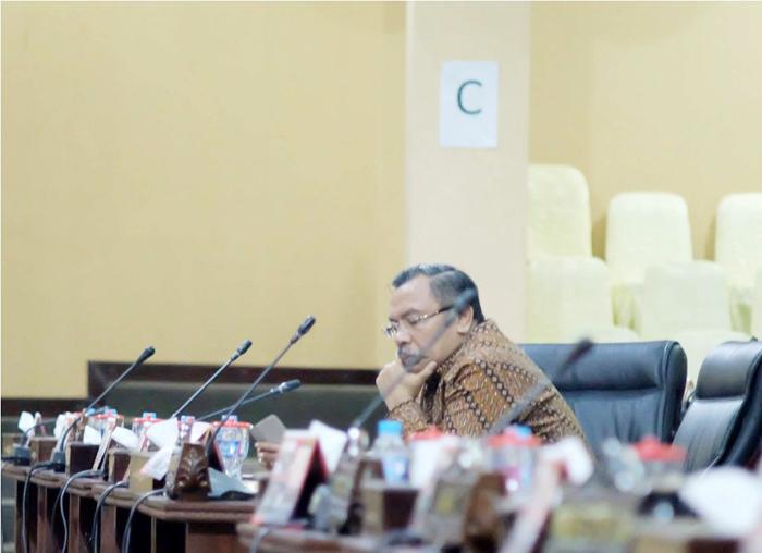 Ketua Pansus menyimak penyampaian hasil laporan