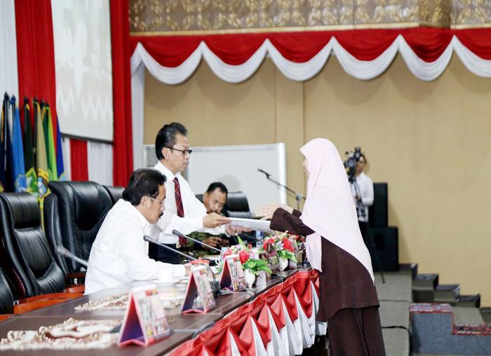 Juru bicara Pansus Suryani menyerahkan  laporan hasil pembahasan