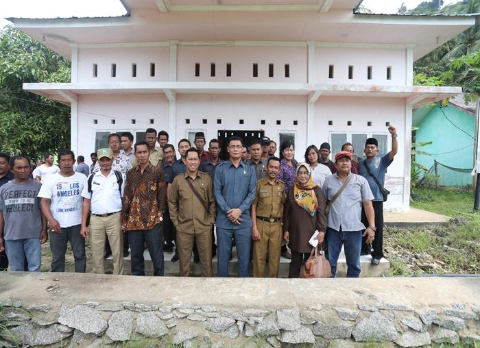 Pansus Nelayan DPRD Anambas foto bersama dengan masyarakat nelayan Desa Nyamuk