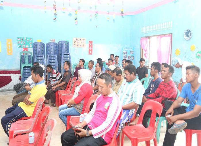 Nelayan menyampaikan keluh kesah kepada anggota DPRD yang masuk dalam Pansus Nelayan