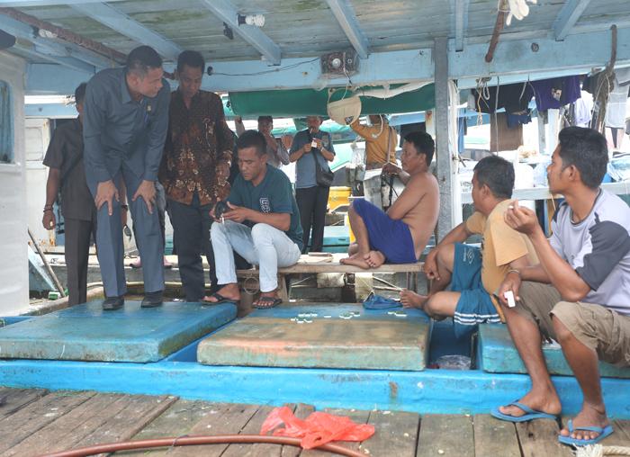 Anggota DPRD langsung mendengarkan keluhan para nelayan Desa Nyamuk