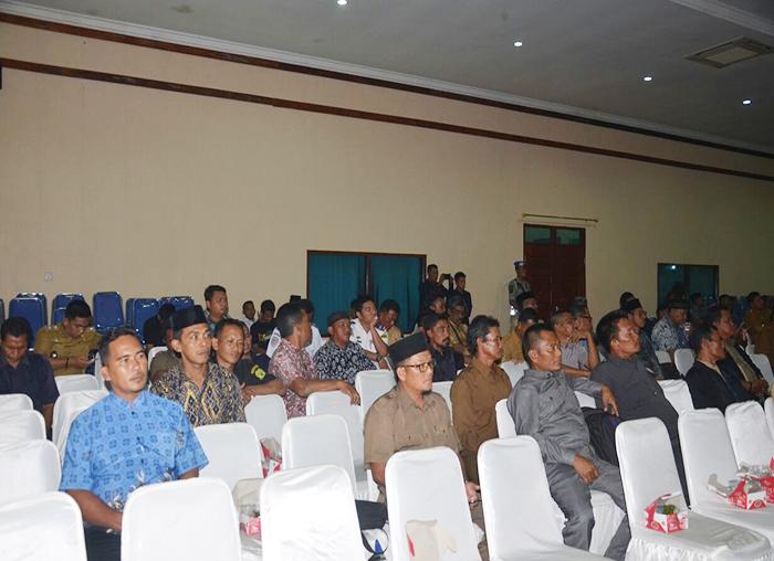 Peserta rapat saat menghadiri rapat paripurna pengesahan APBD Perubahan Lingga mulai dari Kepala Desa dan BPD