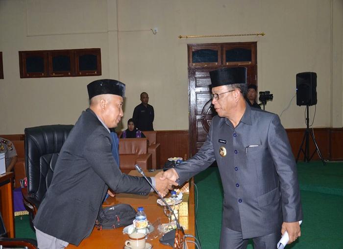 Bupati Lingga, Alias Wello bersalaman dengan salah satu Anggota DPRD Lingga, Salmizi dari Fraksi PKS