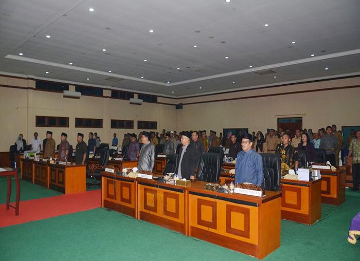 Para anggota DPRD Lingga bersama dengan tamu undangan saat menyanyikan lagu Indonesia Raya