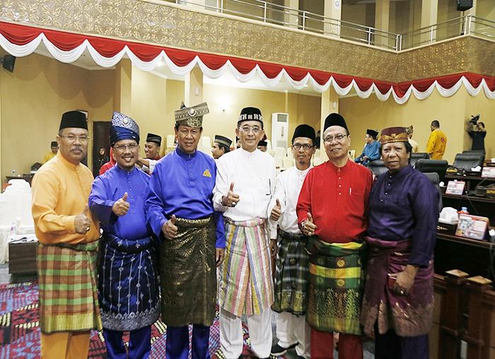 Wagub kepri, Isidanto dan TS.Arif Fadillah photo bersama dengan mantan ketua DPRD kepri serta sejumlah anggota DPRD Kepri
