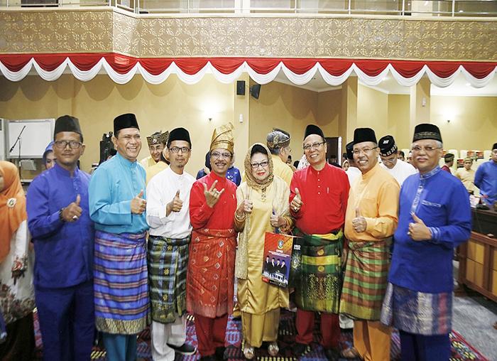 Ketua DPRD Kepri Jumaga Nadeak bersama anggota DPRD Kepri melakukan photo bersama dengan mantan anggota DPD RI Aida Ismeth Nasution