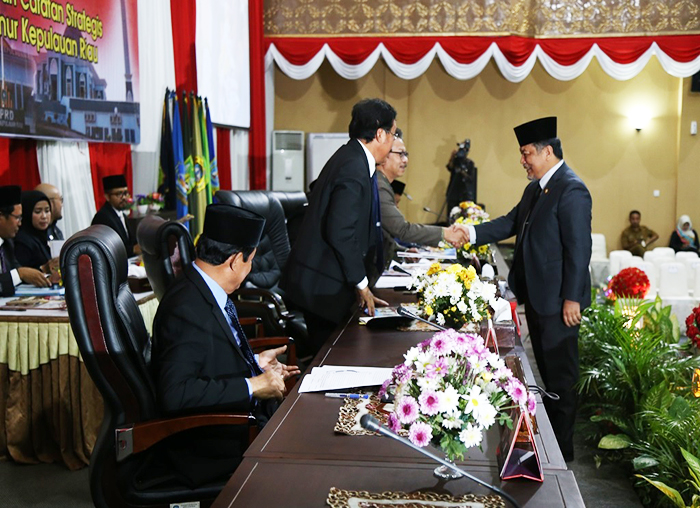 Ketua Pansus LKPj menyerahkan laporan kepada Pimpinan DPRD Kepri