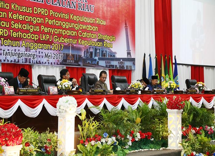Jajaran Pimpinan DPRD beserta Gubernur dan  Wakil Gubernur Kepri