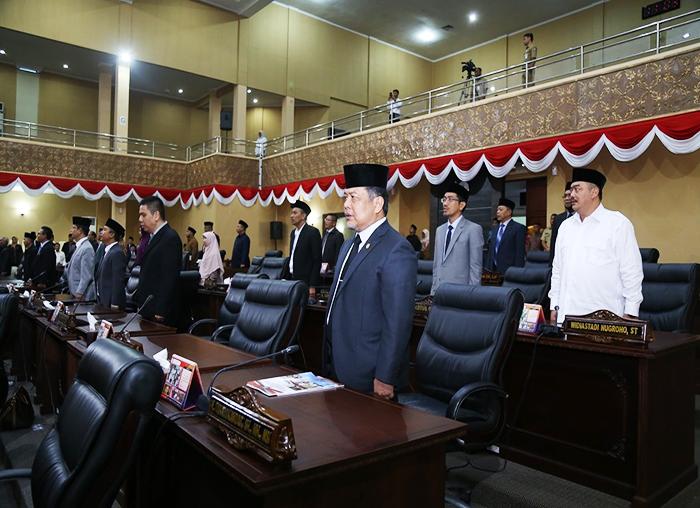 Anggota DPRD kepri saat menyanyikan Lagu  Indonesia Raya