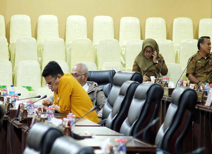 Anggota DPRD Kepri menyimak  penyampaian laporan Pansus