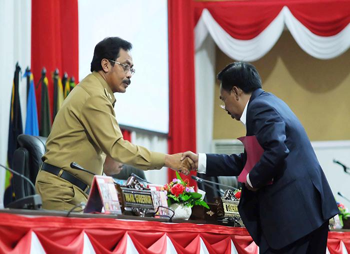 Ketua Pansus DPRD Kepri menyalami Gubernur  usai membacakan laporan
