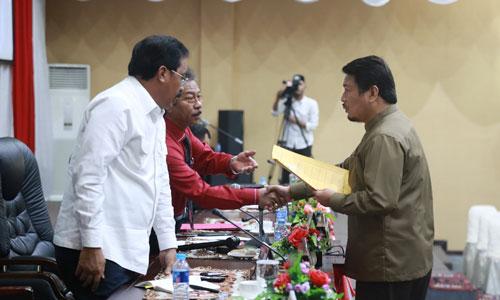 Anggota Fraksi Golkar Taba Iskandar menyerahakan pandangan fraksinya kepada Ketua DPRD Kepri.