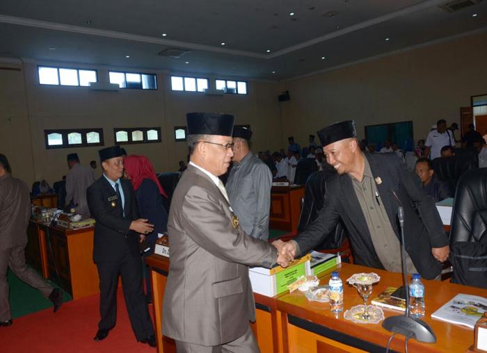 Bupati Lingga, Alias Wello bersalaman dengan para anggota DPRD Lingga usai rapat paripurnan ditutup