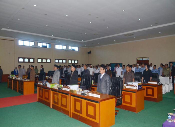 Para Anggota DPRD Lingga beserta tamu undangan lainnya saat menyanyikan lagu Indonesia Raya sebelum rapat paripurna dimulai