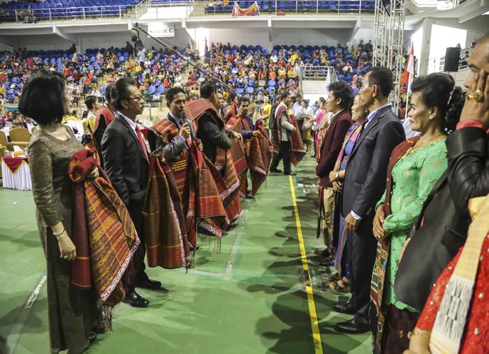 Pengurus Parna Kepri dan Kota Batam menyerahkan Ulos kepada Anggota