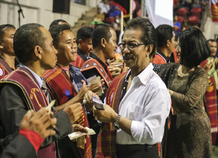 Ketua Parna Kepri memberikan uang dalam acara adat Parna Batam