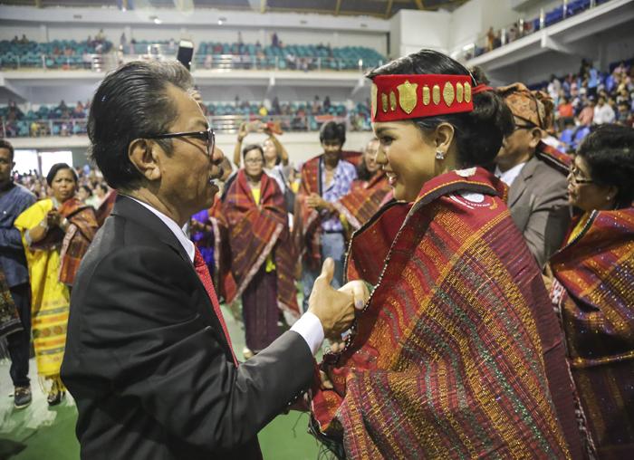 Ketua Parna Kepri Jumaga Nadeak, S.H menyerahkan Ulos