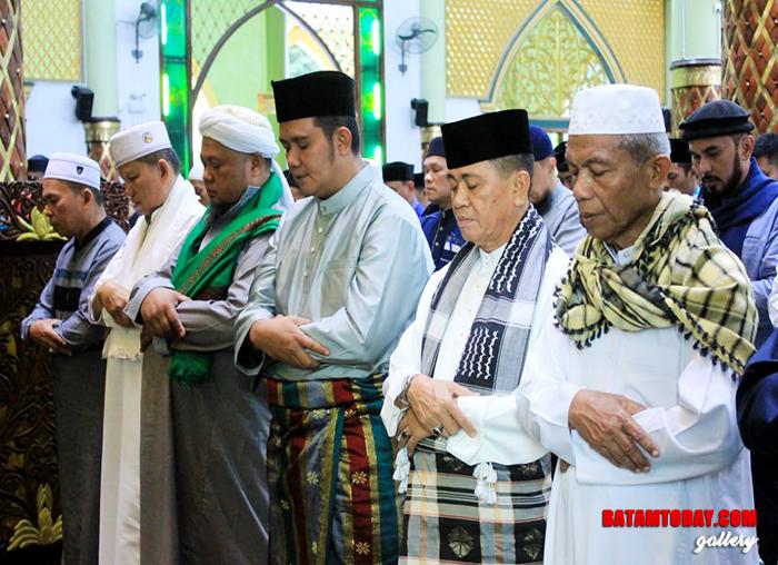 Bupati Bintan Apri Sujadi dan Wakil Bupati Bintan Dalmasri Syam Sholat Idul Fitri bersama di Bintan