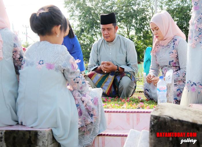 Bupati Bintan, Apri Sujadi saat ziarah ke makam usai sholat idul fitri