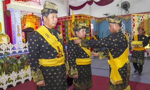 Ketua LAM menyerahkan selempang, tanjak, keris Timbalan Datuk Setia Amanah Wakil Bupati Wan Zuhendra.