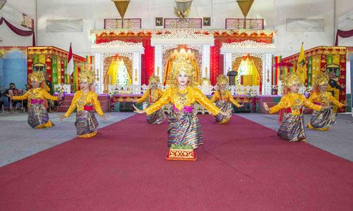 Tarian persembahan oleh dara-dara Melayu, tepak sirih satu buah dan diserahkan kepada Bupati dan Wakil  Bupati.