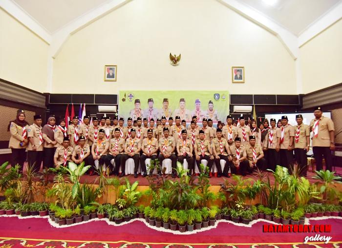 Gubenur Kepri, Dr. H. Nurdin Basirun S.Sos, M.Si berfoto bersama