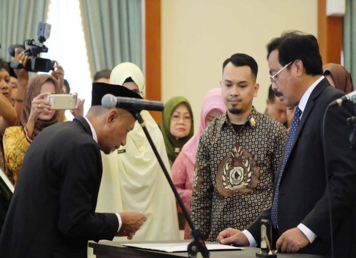 Salah satu anggota KPID yang dilantik menandatangi pakta integritas di hadapan Gubernur