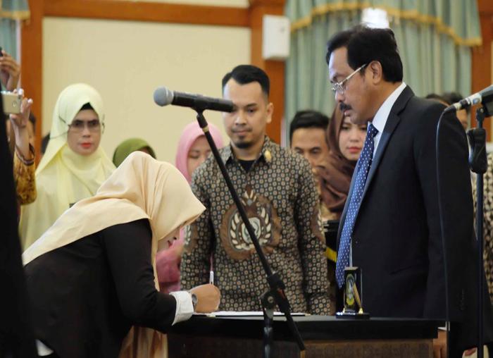 Salah satu anggota KPID yang dilantik menandatangi pakta integritas di hadapan Gubernur (3)