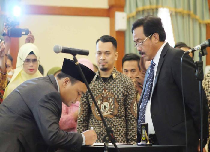 Salah satu anggota KPID yang dilantik menandatangi pakta integritas di hadapan Gubernur  (2)