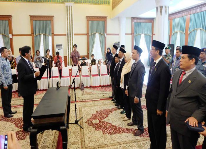 Gubernur Kerpi Nurdin Basirun memimpin ikrar sumpah jabatan ketujuh anggota KPID Kepri periode 2018-2021